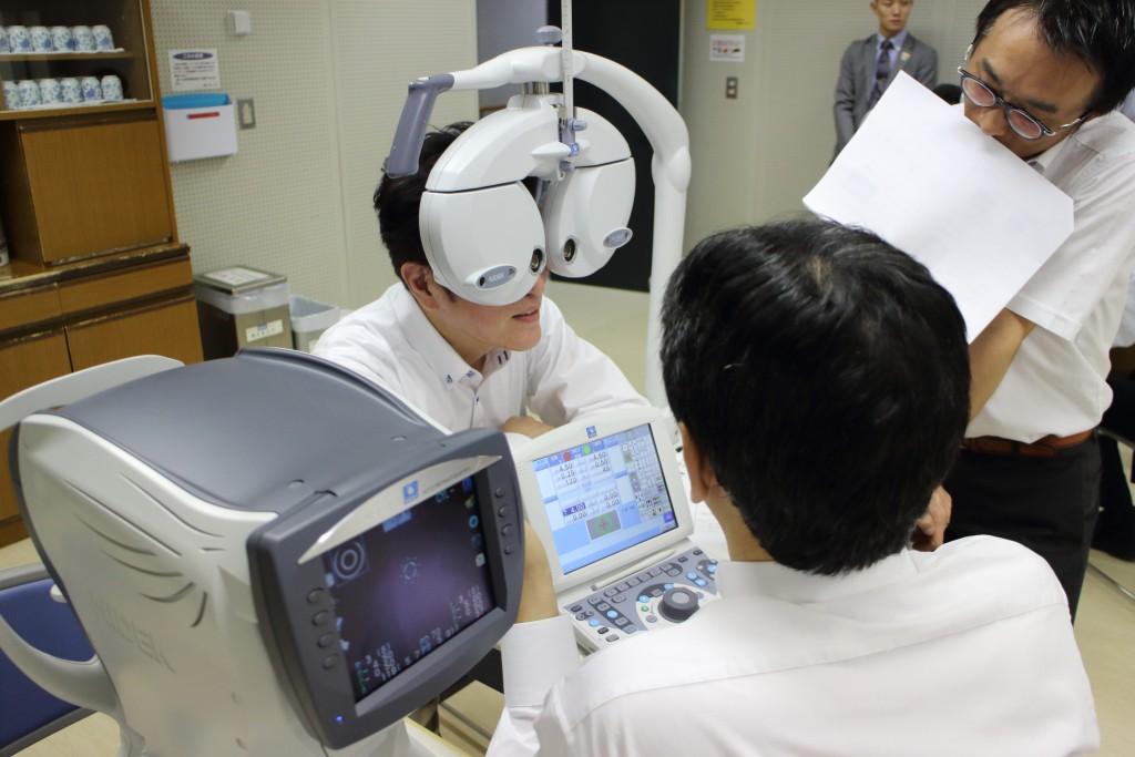 物がダブって見える メガネ 東京 両眼視機能 プリズム検査 スキアスコープ レチノスコープ