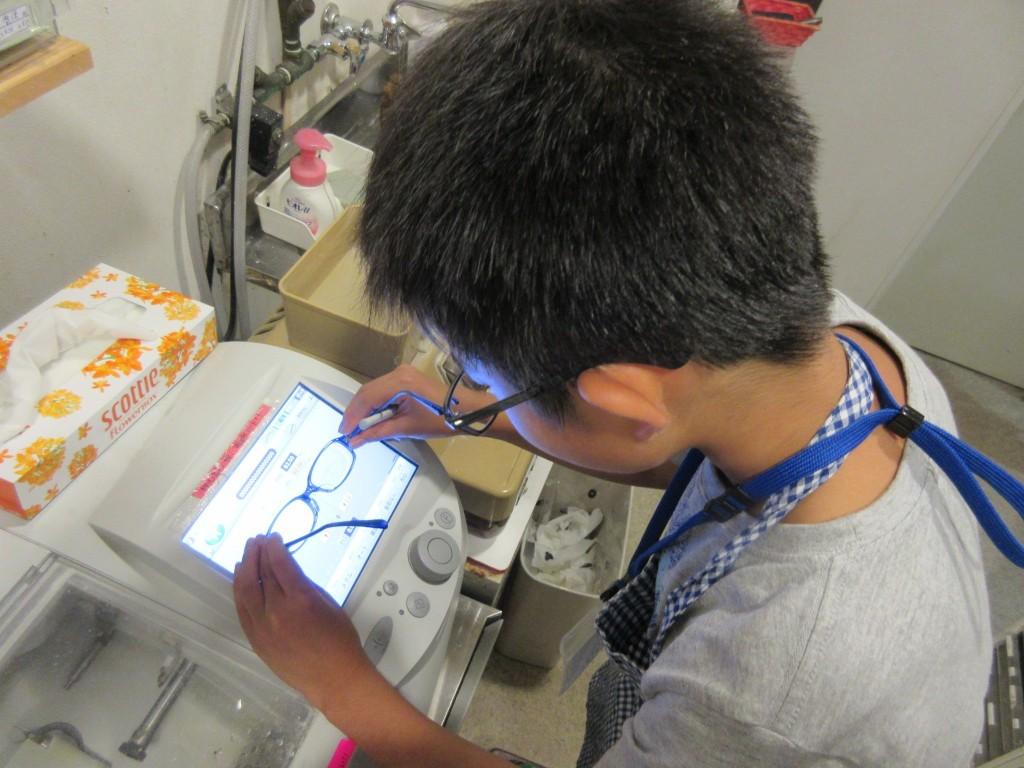こどもメガネ メガネ作り体験 子供 両眼視機能検査 プリズム検査 物がダブって見える 複視 メガネ 両眼視検査 プリズムレンズ カラー診断 コンタクトレンズ 東京都 江戸川区 船堀 評判 プリズムメガネ